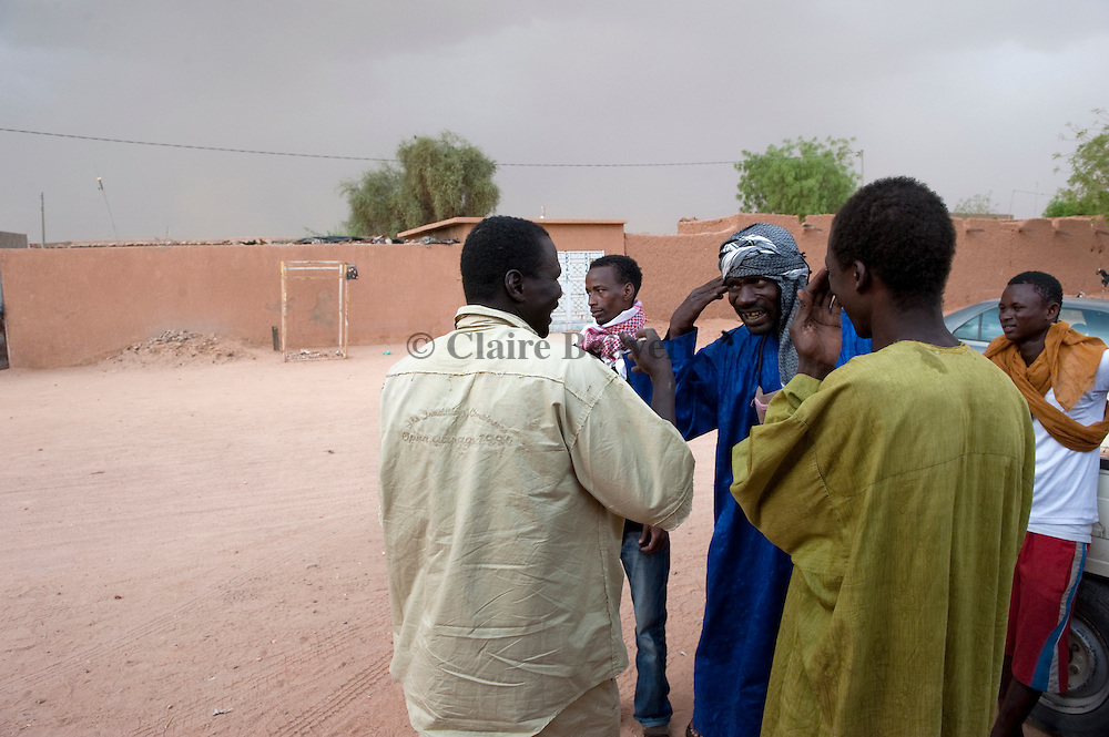 Mohamed aka Boss speaking with the truck driver in front of the ghetto in Agadez