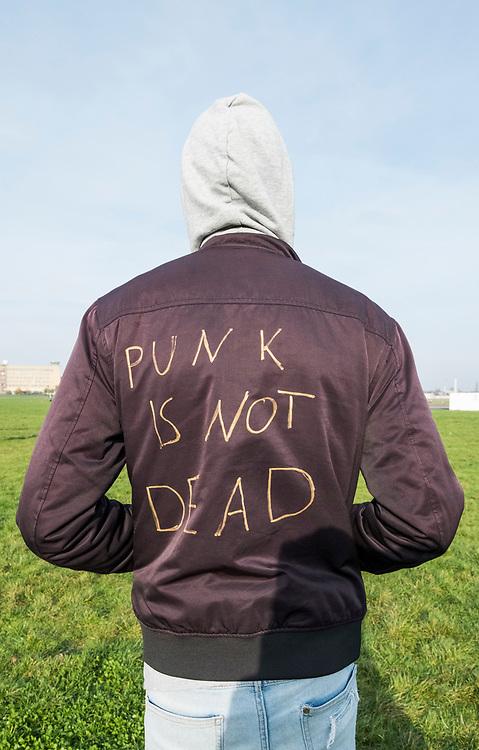 Duitsland, Berlijn, 20171104<br /> Punk is not dead staat er op de rug van een jongen.<br /> <br /> Foto: (c)Michiel Wijnbergh