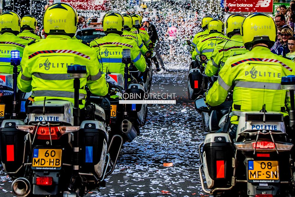 rotterdam - Politie agenten suriveren op straat olitie agenten agent , Politie agenten surveilleren door het centrum politie motor
