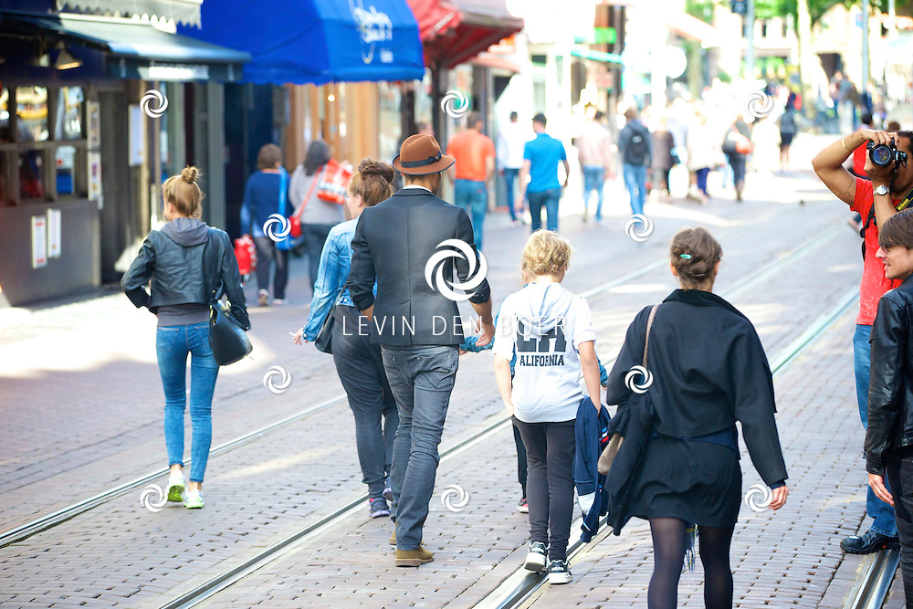 AMSTERDAM - Alain Clark wandelt in Amsterdam. FOTO LEVIN DEN BOER - PERSFOTO.NU