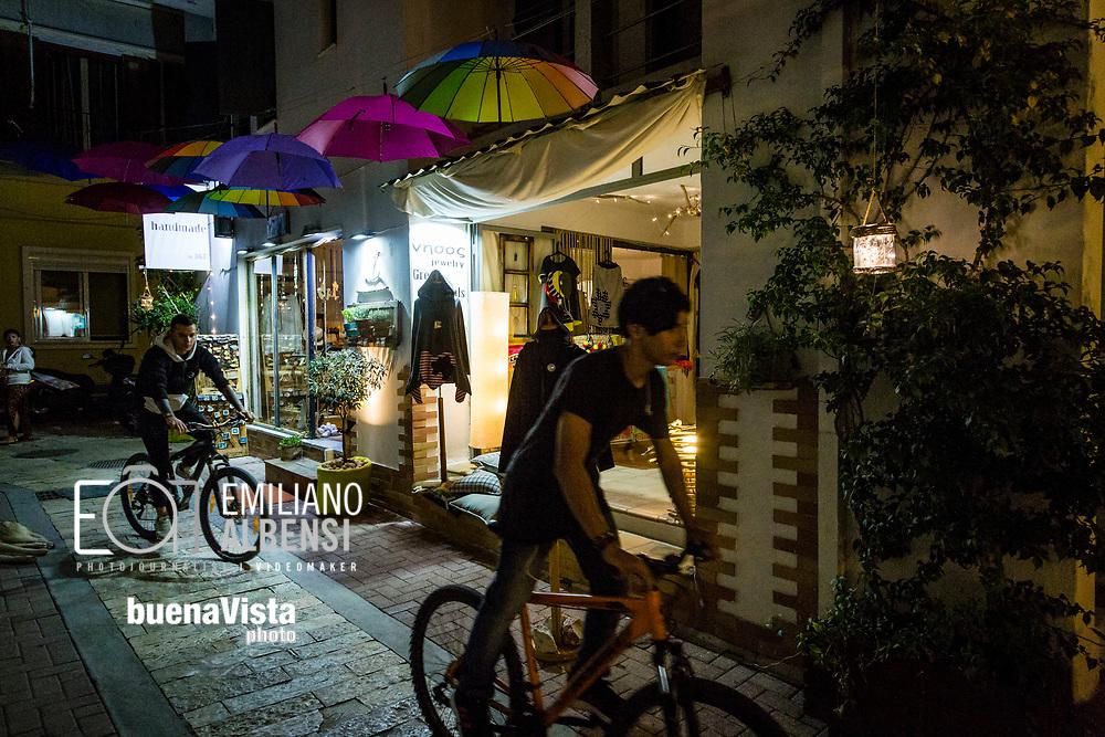 Emiliano Albensi<br /> Settembre 2017<br /> Il passeggio serale a Skiathos town<br /> <br /> Emiliano Albensi<br /> September 2017<br /> Night life in Skiathos town