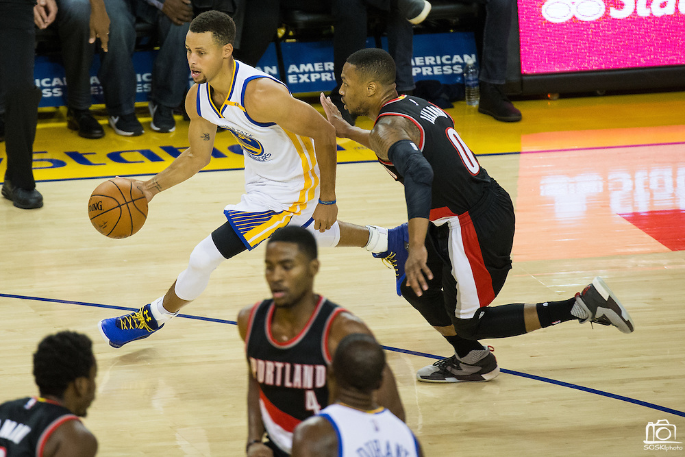 Golden State Warriors guard Stephen Curry (30) dribbles past the Portland Trail Blazers at Oracle Arena in Oakland, Calif., on October 21, 2016. (Stan Olszewski/Special to S.F. Examiner)