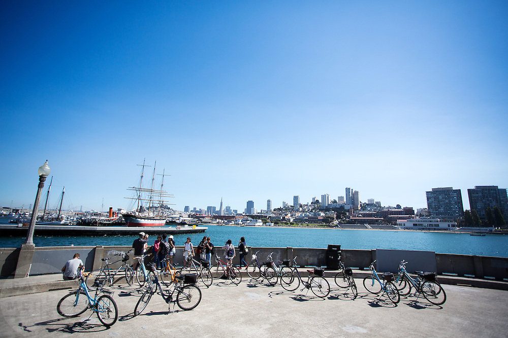 Fietsers bekijken het uitzicht op San Francisco. De Amerikaanse stad San Francisco aan de westkust is een van de grootste steden in Amerika en kenmerkt zich door de steile heuvels in de stad. Ondanks de heuvels wordt er steeds meer gefietst in de stad.<br /> <br /> Cyclists look at the view of San Francisco. The US city of San Francisco on the west coast is one of the largest cities in America and is characterized by the steep hills in the city. Despite the hills more and more people cycle.