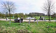 Nederland, Ooij, 2-4-2011Ouder echtpaar rust uit op een bankje in de polder. Fietsers komen voorbij. Eerste zomerse dag in de lente.Foto: Flip Franssen/Hollandse Hoogte