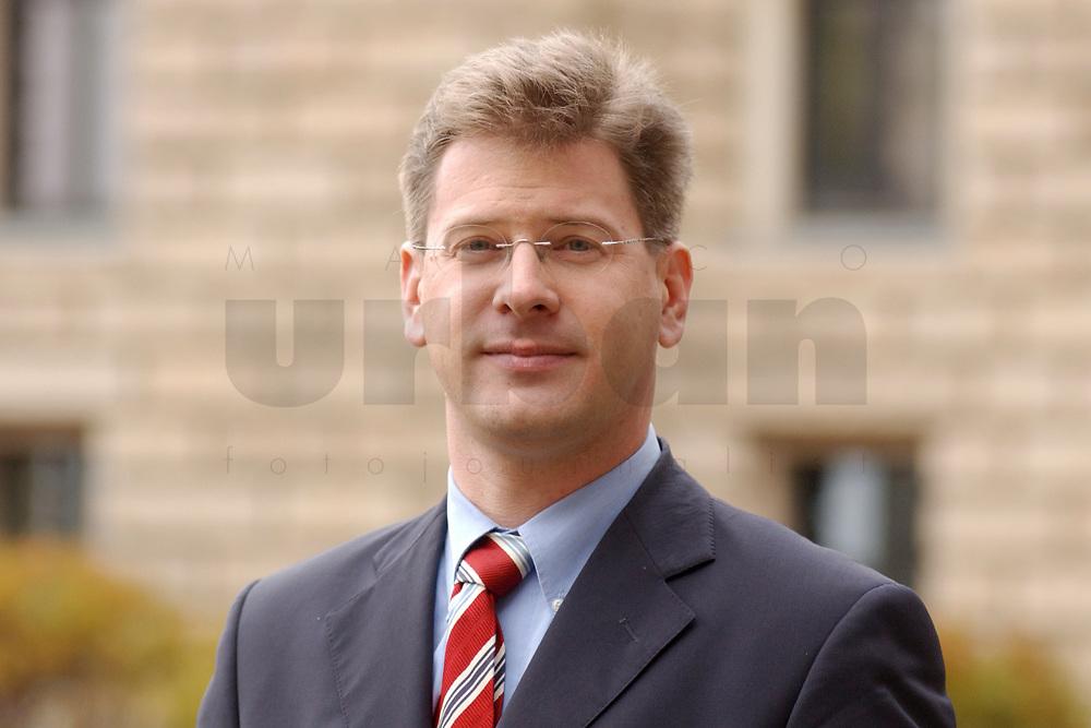 08 NOV 2002, BERLIN/GERMANY:<br /> Claus Zemke, Redakteur MDR und zukuenftiger CDU Pressesprecher<br /> IMAGE: 20021108-01-026