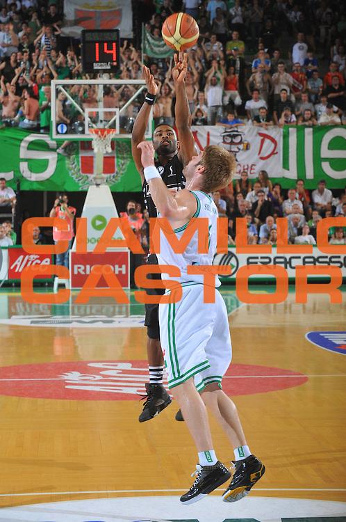 DESCRIZIONE : Treviso Lega A 2008-09 Playoff Quarti di finale Gara 3 Benetton Treviso La Fortezza Virtus Bologna<br /> GIOCATORE : Keith Langford<br /> SQUADRA : La Fortezza Virtus Bologna<br /> EVENTO : Campionato Lega A 2008-2009<br /> GARA : Benetton Treviso La Fortezza Virtus Bologna<br /> DATA : 23/05/2009<br /> CATEGORIA : Tiro<br /> SPORT : Pallacanestro<br /> AUTORE : Agenzia Ciamillo-Castoria/M.Gregolin