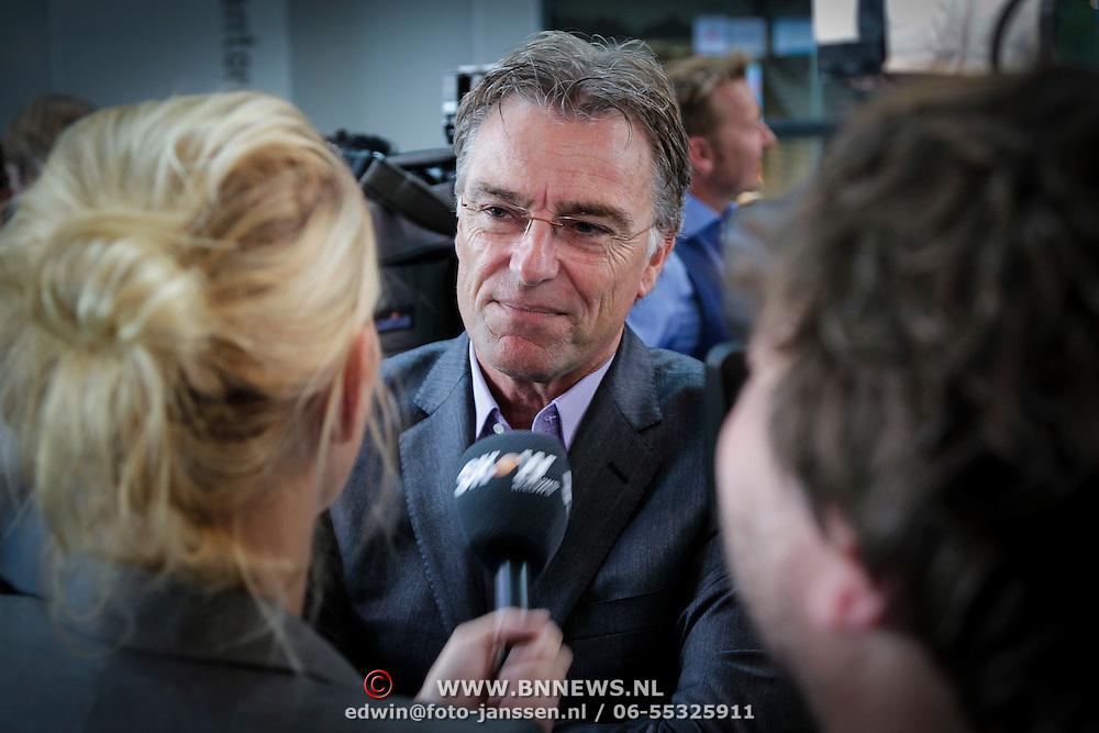 NLD/Hilversum/20121003- Boekpresentatie De Iconen van het NOS Achtuurjournaal, Rob Trip word geinterviewd