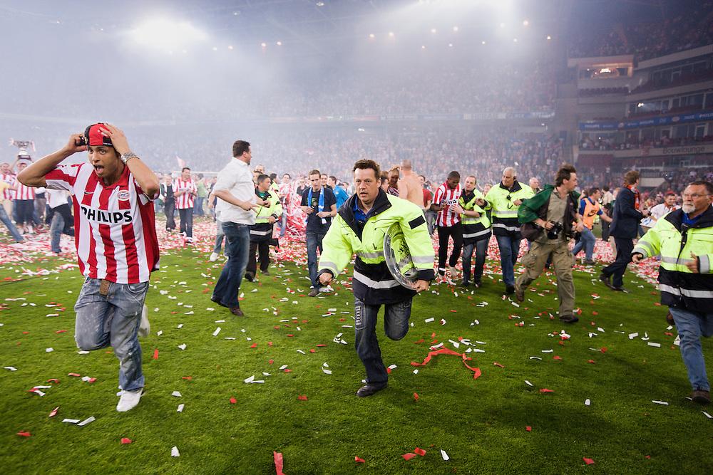 Nederland. Eindhoven, 1 mei 2007.<br /> De selectie van PSV wordt gehuldigd in het centrum van Eindhoven voor het behalen van de twintigste landstitel. Daarna volgt een huldiging in het stadion.De huldiging van PSV is om 21.45 uur even onderbroken geweest toen enkele tientallen supporters het veld op stormden. De spelers en technische staf vluchtten daarop snel de catacomben in. Stewards van de club hadden de situatie binnen enkele minuten weer onder controle, waarna de spelers een kwartier later terugkeerden op het veld. PSV-voorzitter Frits Schuitema zei in een reactie het jammer te vinden dat een aantal supporters zich in hun blinde enthousiasme niet kon beheersen<br /> Foto Martijn Beekman <br /> NIET VOOR TROUW, AD, TELEGRAAF, NRC EN HET PAROOL