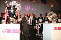 Fussball  DFB  POKAL  FINALE  SAISON  2012/2013     Champions Party des FC Bayern Muenchen nach dem Gewinn des DFB Pokal und Triple         02.06.2013 Gruppenbild mit CHL Pokal und Meisterschale; Vorstandsvorsitzender Karl Heinz Rummenigge (li) und Praesident Uli Hoeness