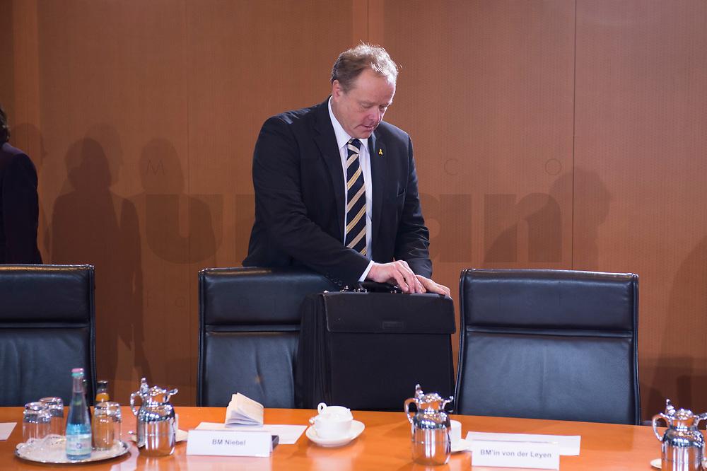 23 JAN 2013, BERLIN/GERMANY:<br /> Dirk Niebel, FDP, Bundesentwicklungshilfeminister, mit seiner Aktentasche, vor Beginn der Kabinettsitzung, Bundeskanzleramt<br /> IMAGE: 20130123-01-002<br /> KEYWORDS: Kabinett, Sitzung