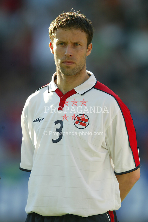 OSLO, NORWAY - Thursday, May 27, 2004:  Norway's Ronnie Johnsen pictured before the International Friendly match at the Ullevaal Stadium, Oslo, Norway. (Photo by David Rawcliffe/Propaganda)
