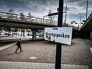 Här låg en gång den lummiga Järnvägsparken. Ingenting finns kvar av den förutom en skylt. Att denna motovägskorsning ett stenkast från Centralstationen på vägen mot Stadshuset, fortfarande heter Järnvägsparken är obegripligt.