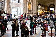 AFrica Museum Tervuren is very busy this last day before the holidays. People gather in the lobby. The renovations are already assigned.
