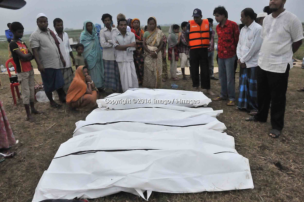 61530161<br /> Relatives identify the bodies after the ferry accident in Munshiganj district, Dhaka, Bangladesh, May 16, 2014.  Bangladesh rescuers have dragged out 10 more bodies, raising the death toll to 22 in the ferry accident on river Meghna, after it sank in storm on Thursday afternoon,  Friday, 16th May 2014. Picture by  imago / i-Images<br /> UK ONLY