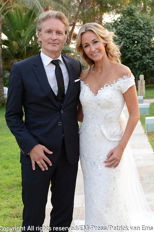 Wendy van Dijk en Erland Galjaard zijn getrouwd op Ibiza in het Agroturismo Atzaró . Agroturismo Atzaró bevindt zich in een sinaasappelboomgaard op het platteland van Ibiza. Dit mooie, landelijke hotel beschikt over een klein buitenzwembad en een kleine spa. <br /> <br /> Op de foto: <br />  Wendy van Dijk en Erland Galjaard