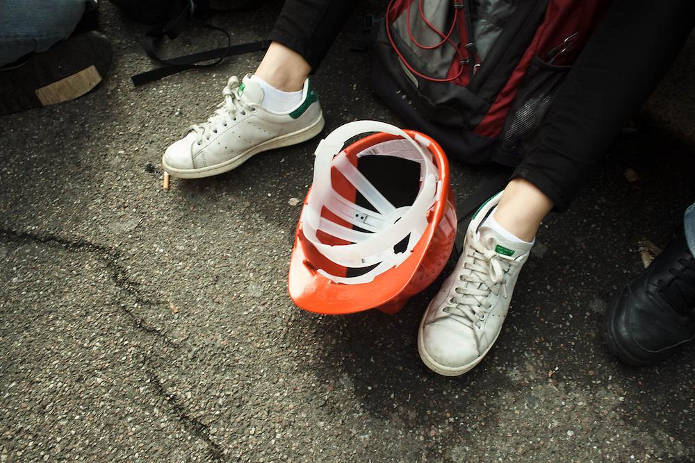 Sciopero nazionale Fiom Cgil contro il Jobs Act del governo Renzi. Manifestazione di Milano. Manifestazione studentesca in appoggio allo sciopero sociale indetto dai movimenti. Dopo essere stati caricati dalla polizia, gli studenti confluiscono nei pressi dell'Università Statale in via Festa del Perdono.