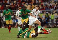 FOOTBALL - AFRICAN NATIONS CUP 2010 - GROUP A - ALGERIA v MALI - 14/01/2010 - PHOTO MOHAMED KADRI / DPPI - NADIR BELHADJ (ALG) / MOHAMED SISSOKO (MALI)