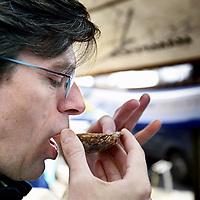 Nederland, Amsterdam , 7 april 2012..Noordermarkt.. Dick Veerman, oprichter van Foodlog slurpt een oester bij een viskraam tijdens de Boerenmarkt op zaterdag..Foto:Jean-Pierre Jans