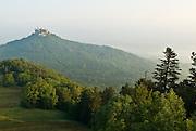 Burg Hohenzollern, Landschaft mit Wald, Berg und Burg, Morgennebel, Schwäbische Alb, Baden-Württemberg, Deutschland.. | ..Hohenzollern Castle, Germany