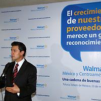 Toluca, México.- Conferencia de prensa del gobernador del estado, Enrique Peña Nieto, al término del evento en el que la cadena comercial Walmart, entregó Reconocimientos a proveedores del Estado de México. Agencia MVT / Arturo Rosales Chávez. (DIGITAL)