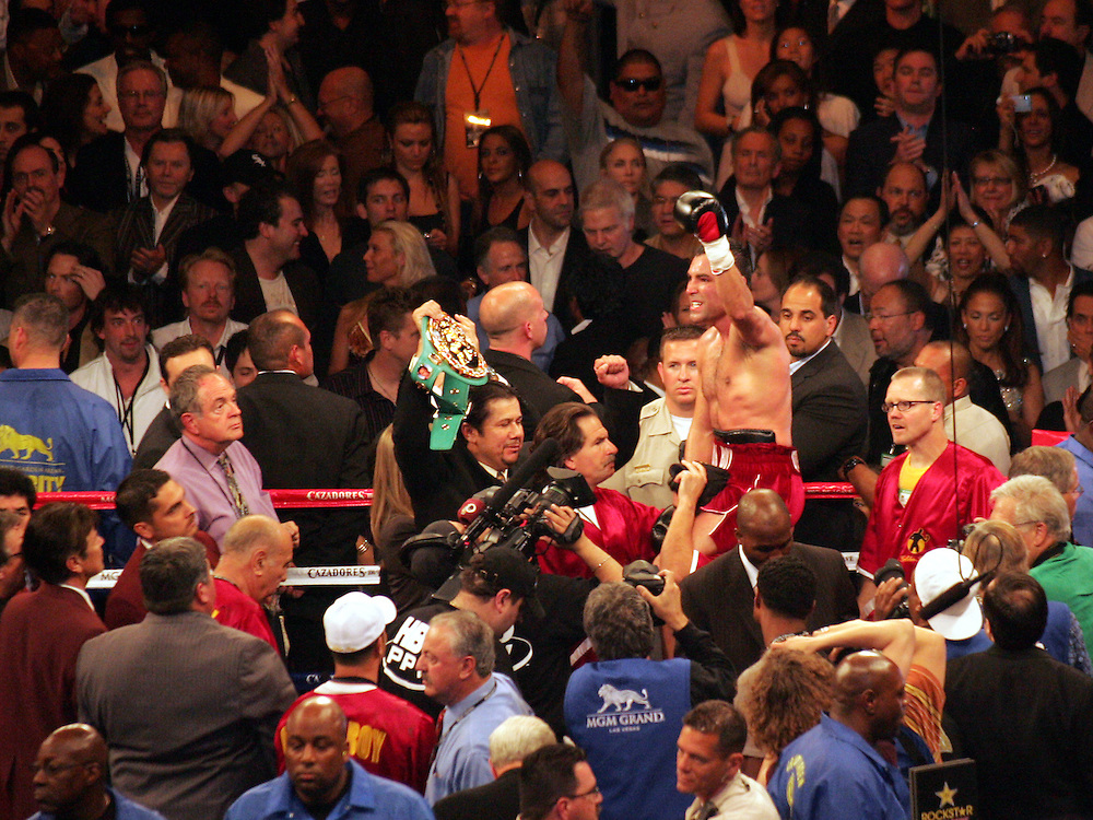 Oscar De La Hoya raises his hand in triumph after the fight, only to find out that Floyd Mayweather has won the fight via split decision. MGM Grand, Las Vegas, Nevada, USA. 4th May 2007. Floyd Mayweather v Oscar De La Hoya.