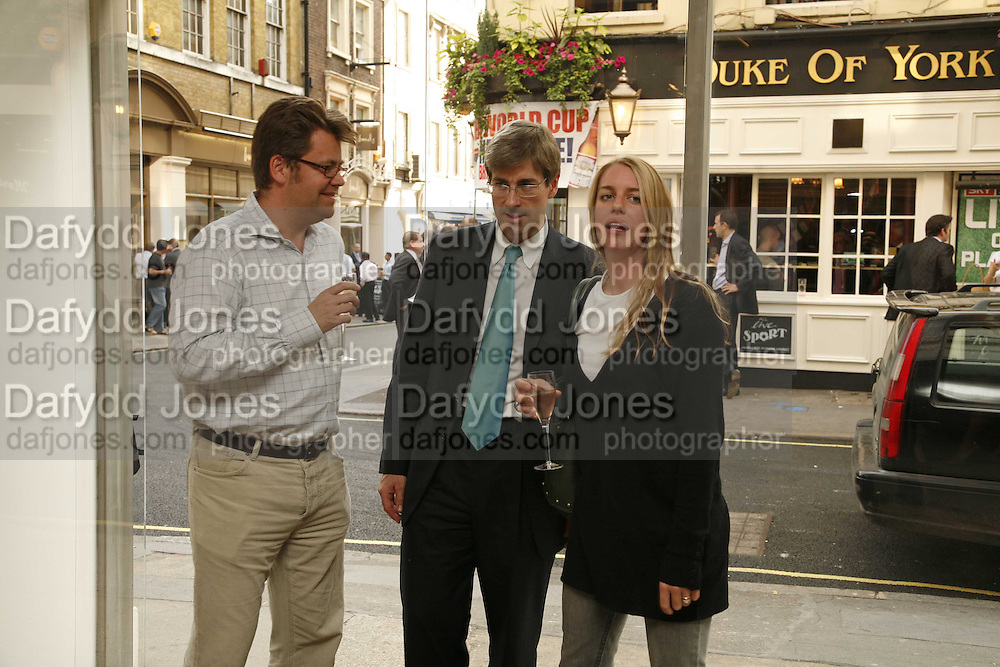 Charlie Phillips, Timothy Taylor and Laura Parker-Bowles,  Bridget Riley exhibition. Timothy Taylor Gallery. 6 June 2006. ONE TIME USE ONLY - DO NOT ARCHIVE  © Copyright Photograph by Dafydd Jones 66 Stockwell Park Rd. London SW9 0DA Tel 020 7733 0108 www.dafjones.com
