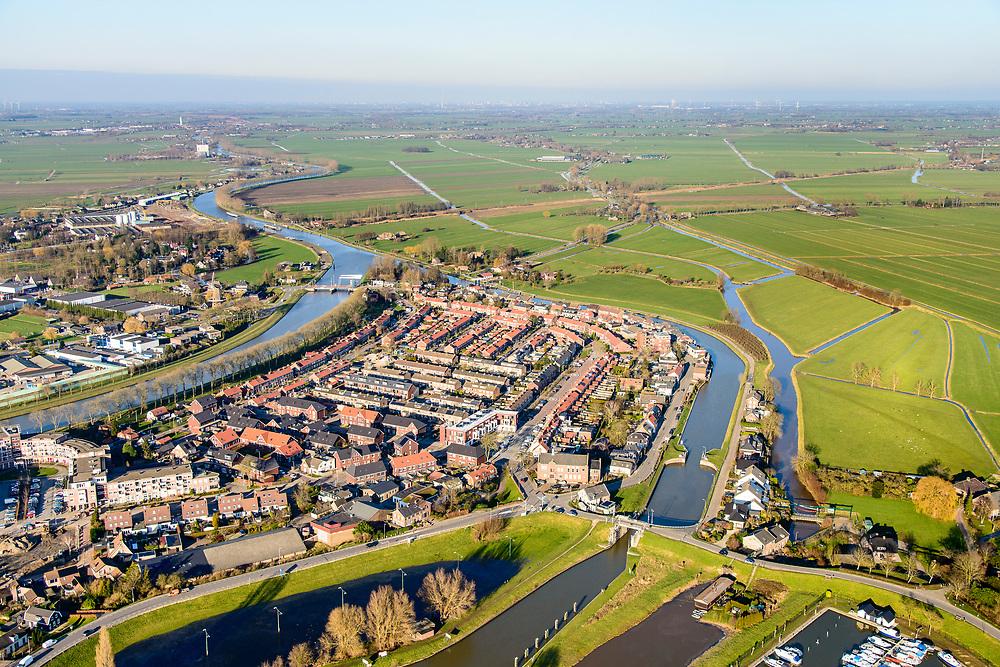 Nederland, Zuid-Holland, Alblasserwaard, 07-02-2018; dorpje Arkel met links Merwedekanaal, rechts riviertje de Linge.<br /> Village Arkel.<br /> <br /> luchtfoto (toeslag op standard tarieven);<br /> aerial photo (additional fee required);<br /> copyright foto/photo Siebe Swart