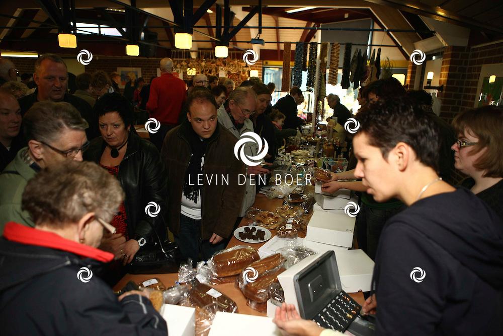 ZALTBOMMEL - In de Harmonika werden weer veel spullen verkocht zo waren de appeltaarten binnen een uur uitverkocht. FOTO LEVN DEN BOER / PERSFOTO.NU