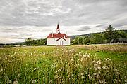 Så gir jeg fred til den som er nær,<br /> og fred til den som er langt borte.<br /> (Jes 57,19)<br /> Karasjok gamle kirke er den eldste, gjenstående kirken i Finnmark. Kirken fra 1807 var en av de få trebygningene som sto igjen etter at store deler av Finnmark ble brent ned under andre verdenskrig.<br /> Karasjok kirke ble bygd i 1807 av byggmester Daniel Storch. Den har korsformet grunnplan. I 1858 ble det bygd til sakristi. Takrytteren over korsarmenes krysspunkt hadde kuppelformet hette frem til 1902, men ble da skiftet ut med et spisst tårn. Kirken hadde tidligere tjærebredde vegger og små vinduer, men har nå hvitmalt liggende panel og høye vinduer. De lukkete kirkebenkene med dører ble byttet ut med åpne benker i 1905, og disse står her fremdeles. Prekestol og korskille er bevart som opprinnelig. Prekestolen er sekskantet med utskårne geometriske figurer og fint utskåret søyle.<br /> Over koråpningen er Christian VIIs monogram flankert av to reinsdyr. Inne i koret over alteret henger en altertavle, som ble gitt av Tromsø-prosten Florup Rasmussen i 1831. Motivet, som er Kristi tornekroning, er en speilvendt kopi av et maleri av den engelske hoffmaleren van Dyck fra 1600-tallet. Kilder: Kirkesøk/Sørmoen, Oddbjørn: Kirker i Norge 2, Oslo 2001.<br /> 28. oktober 1944 kom beordringen fra Hitler om iverksettelsen av «den brente jords taktikk» i Finnmark og Nord-Troms. Dette innebar at all bebyggelse øst for Lyngenlinjen i Troms skulle brennes, og at befolkningen skulle tvangsevakueres. Rundt 75 000 personer var dermed på flukt, og en hel landsdel mistet nærmest hele sin materielle kulturarv. Evakuering og ødeleggelse skjedde på direkte ordre fra Adolf Hitler. Tyskerne tok i bruk den brente jords taktikk for å hindre den sovjetiske Røde armé i å dra nytte av ressursene dit de kom under frigjøringen av Nord-Norge. Dette innebar at mesteparten av bygningsmassen og infrastrukturen i de norske områdene øst for Lyngenlinjen ble brent og ødelagt. Sivilbefolkningen på nær