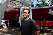 Gianfranco Franciosi di fronte ad una delle barche offshore da lui modificata ed utilizzata dai narcotrafficanti per il trasporto della droga.