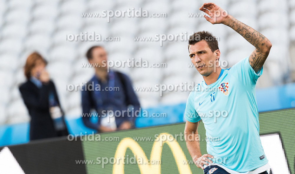 24.06.2016, Lens, FRA, UEFA Euro 2016, Team Kroatien, Training, im Bild Mario Mandzukic (CRO) // Mario Mandzukic (CRO) during Training of Team Croatia of the UEFA EURO 2016 France. Lens, France on 2016/06/24. EXPA Pictures © 2016, PhotoCredit: EXPA/ JFK