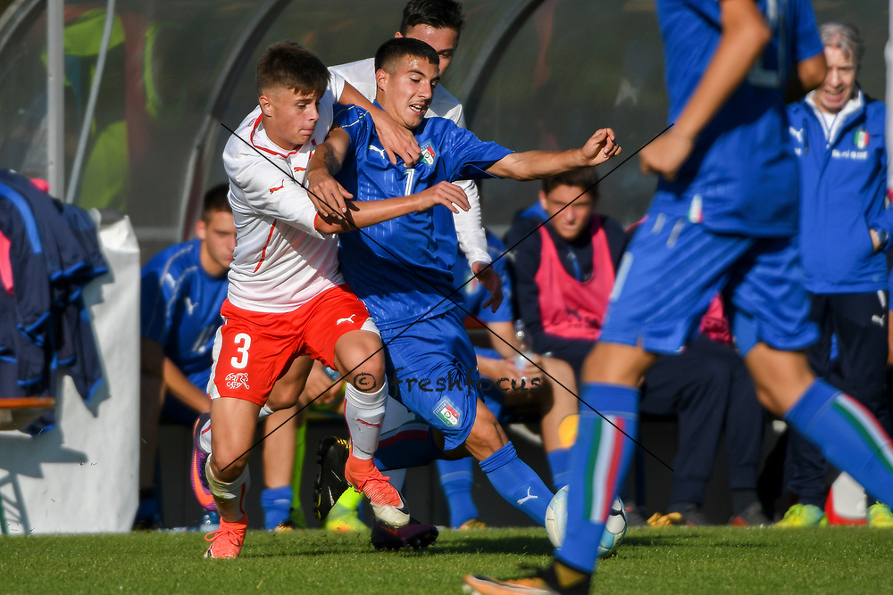 21.09.2017; Niederhasli; FUSSBALL U16 - Schweiz - Italien;<br /> Theo Gradaille (SUI) Carlo Cavallo (ITA) <br /> (Andy Mueller/freshfocus)