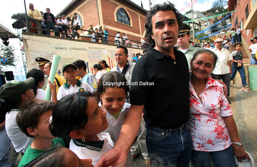Mayor Sergio Fajardo of Medellin greets people on the street in barrio Santo Domingo Savio, in Medellin on May 19, 2007. (Photo/Scott Dalton)