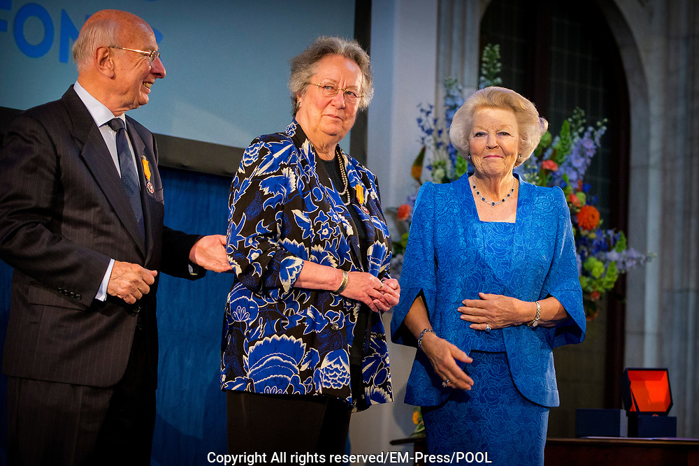 Prinses Beatrix reikt Zilveren Anjers uit op het Koninklijk Paleis in Amsterdam.<br /> <br /> Princess Beatrix at the award ceremony of theZilveren Anjers  in the the Royal Palace in Amsterdam.<br /> <br /> Op de foto / On the photo:  Prinses Beatrix en laureaat Eric Zwijnenberg