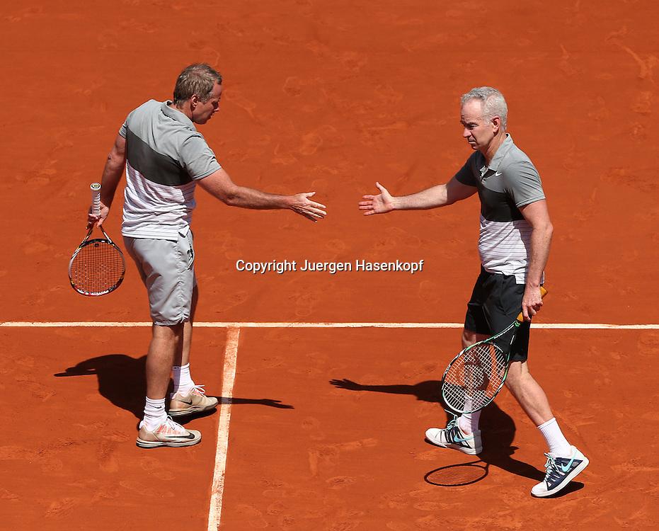 French Open 2014, Roland Garros,Paris,ITF Grand Slam Tennis Tournament,Tennis Legenden Spiel,Doppel,<br /> L-R.John McEnroe und Bruder Patrick (beide USA) klatschen ab,<br /> Ganzkoerper,Querformat,von oben,