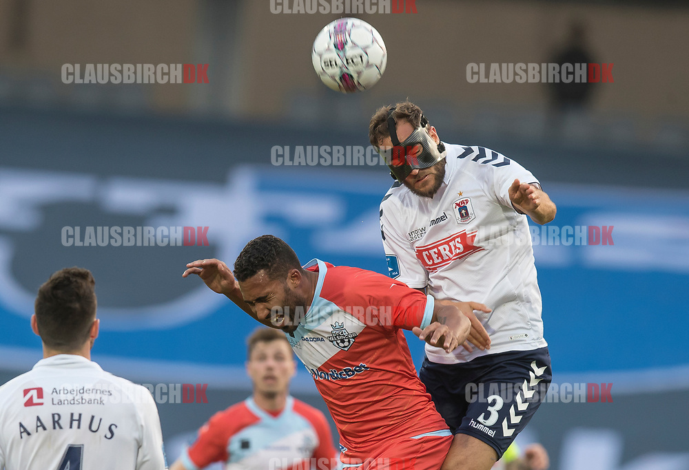 FODBOLD: Niklas Backman (AGF) når højere end Douglas Ferreira (FC Helsingør) under kampen i ALKA Superligaen mellem AGF og FC Helsingør den 13. april 2018 i Ceres Park. Foto: Claus Birch.