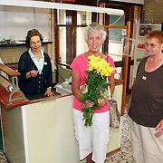 NLD/Huizen/20070717 - Heropening Kringloopwinkel Huizen na verbouwing, 1e koopster krigt een bosje bloemen van de medewerkers