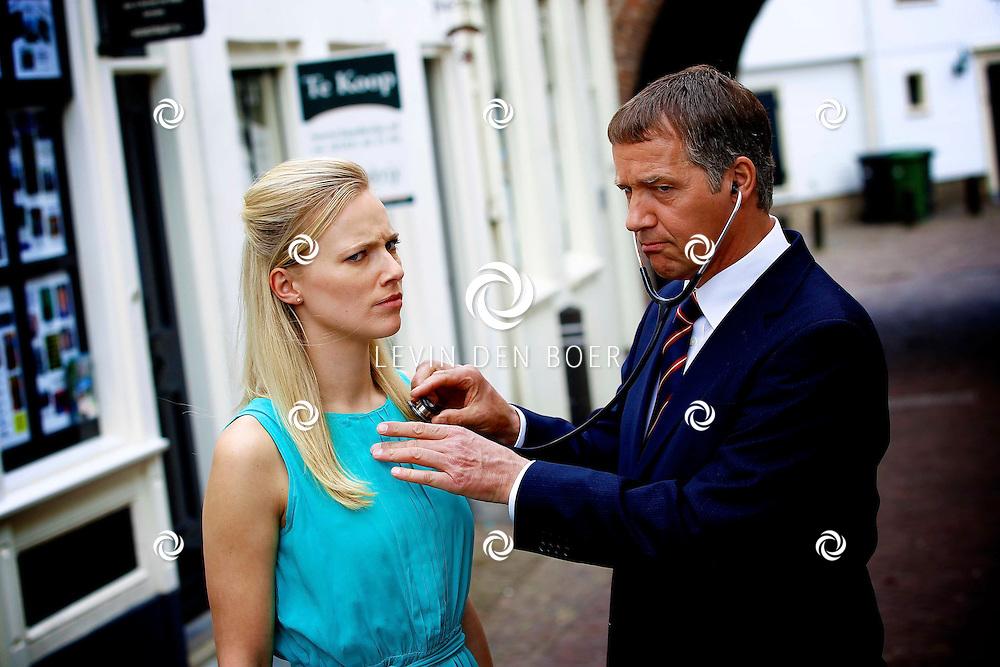 WOUDRICHEM - In het kleine vestingstad Woerkum zijn de opnames van Dokter Tinus. Deze tv serie word op SBS6 uitgezonden. Met op de foto Jennifer Hoffman en Tom Hoffman. FOTO LEVIN DEN BOER - PERSFOTO.NU