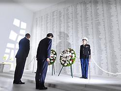US-Präsident Barack Obama und Japans Premier Shinzo Abe beim Gedenken an die Opfer des japanischen Angriffs auf Pearl Harbor vor 75 Jahren / 271216<br /> <br /> <br /> <br /> ***Japanese Prime Minister Shinzo Abe (C) and U.S. President Barack Obama lay wreaths at the USS Arizona Memorial at Pearl Harbor in Hawaii on Dec. 27, 2016, to commemorate those who died in the Japanese surprise attack in 1941.***