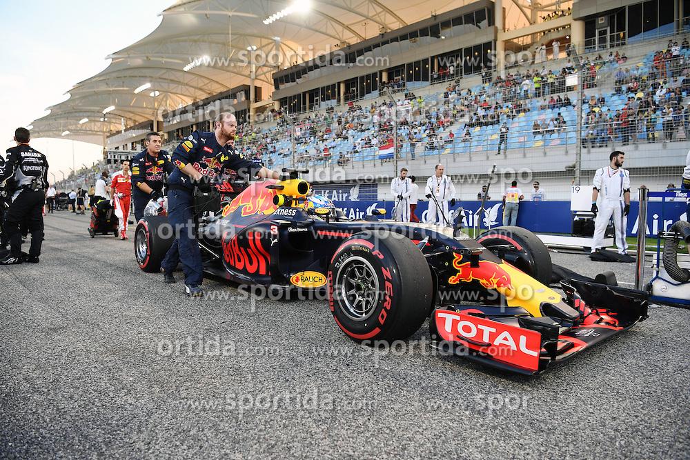 03.04.2016, International Circuit, Sakhir, BHR, FIA, Formel 1, Grand Prix von Bahrain, Rennen, im Bild Daniel Ricciardo (AUS) Red Bull Racing RB12 on the grid // during Race for the FIA Formula One Grand Prix of Bahrain at the International Circuit in Sakhir, Bahrain on 2016/04/03. EXPA Pictures &copy; 2016, PhotoCredit: EXPA/ Sutton Images<br /> <br /> *****ATTENTION - for AUT, SLO, CRO, SRB, BIH, MAZ only*****