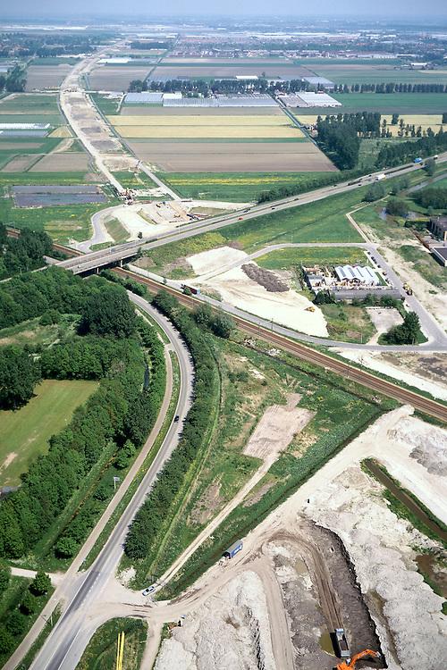 Nederland, Rotterdam, Zestienhoven, 17/05/2002; aanleg HSL: trace komt uit kassengebied bij Berkel en Rodenrijs (ad horizon), zal zowel de Doenkade (autosnelweg, diagonaal) als ook de Hofpleinlijn onderlangs kruisen (spoorlijn Den Haag - Rotterdam) om onder het grondgebied van vliegveld Zestienhoven (rechtsonder) te vervolgen naar Rotterdam CS; verkeer en vervoer, infrastructuur, bouwen, spoor, rail, TGV planologie ruimtelijke ordening, landschap;<br /> luchtfoto (toeslag), aerial photo (additional fee)<br /> foto /photo Siebe Swart