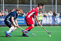 AMSTELVEEN -  Robbert Kemperman (Kampong) met Dennis Warmerdam (Pinoke)   tijdens de hoofdklasse competitiewedstrijd heren hockey Pinoke-Kampong (1-4) . COPYRIGHT KOEN SUYK