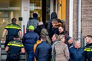 AMSTERDAM - Peter R. de Vries arriveert bij de Bunker, de extra beveiligde rechtbank in Osdorp. De misdaadverslaggever getuigt opnieuw in het strafproces tegen Willem Holleeder. Peter R. de Vries arriveert bij de Bunker, de extra beveiligde rechtbank in Osdorp. De misdaadverslaggever getuigt opnieuw in het strafproces tegen Willem Holleeder. ROBIN UTRECHT bunker de getuigt holleeder in peter tegen vries willem  afpersing afrekeningen astrid bedreiging belangstelling betrokkenheid bijl bunker cor criminaliteit criminele de der dino drukte endstra ex-partner fred georganiseerde gerechtshof getuigenis geweld hakkelaar hof holland holleeder hout houtman huurmoorden in ingang interesse johan john justitie kees klepper liquidaties maurik mensen mieremet misdaad misdrijven moorden nederland onderwereld organisatie proces r rechtsgang rij ros s sam sfeer sfeerbeeld sonja strafzaak tegen thomas tonnie uitlokken van verdachte verdenking verhoek voor wachtrij zitting zusters