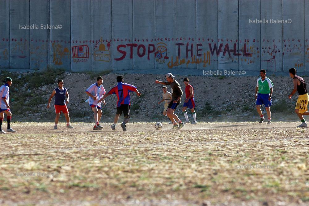 Palestine/Israel. Gerusalemme est, East Jerusalem. Abu DIs, il muro di separazione. The separation wall.