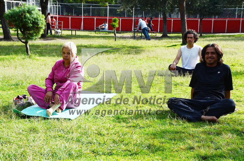 TOLUCA, México.-  Ana Siveyra, del grupo Shankha Yoga, experimenta la unión de lamente, cuerpo y espíritu a través de la práctica ancestral del Tai-chi, Yoga y Meditación, en el parque Vicente Guerrero, dentro de las actividades de salud que semana con semana se realizan en este parque. Agencia MVT / José Hernández. (DIGITAL)