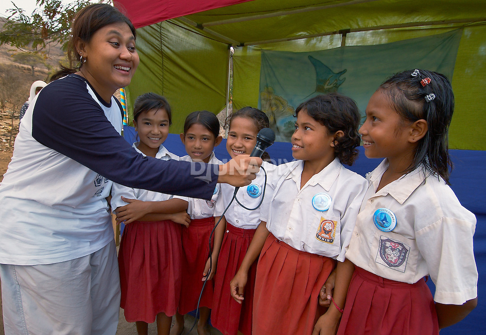 Hesti Widodo, RARE Pride Campaign Manager, conducts a quiz amongst school children, Komodo Village, Komodo National Park