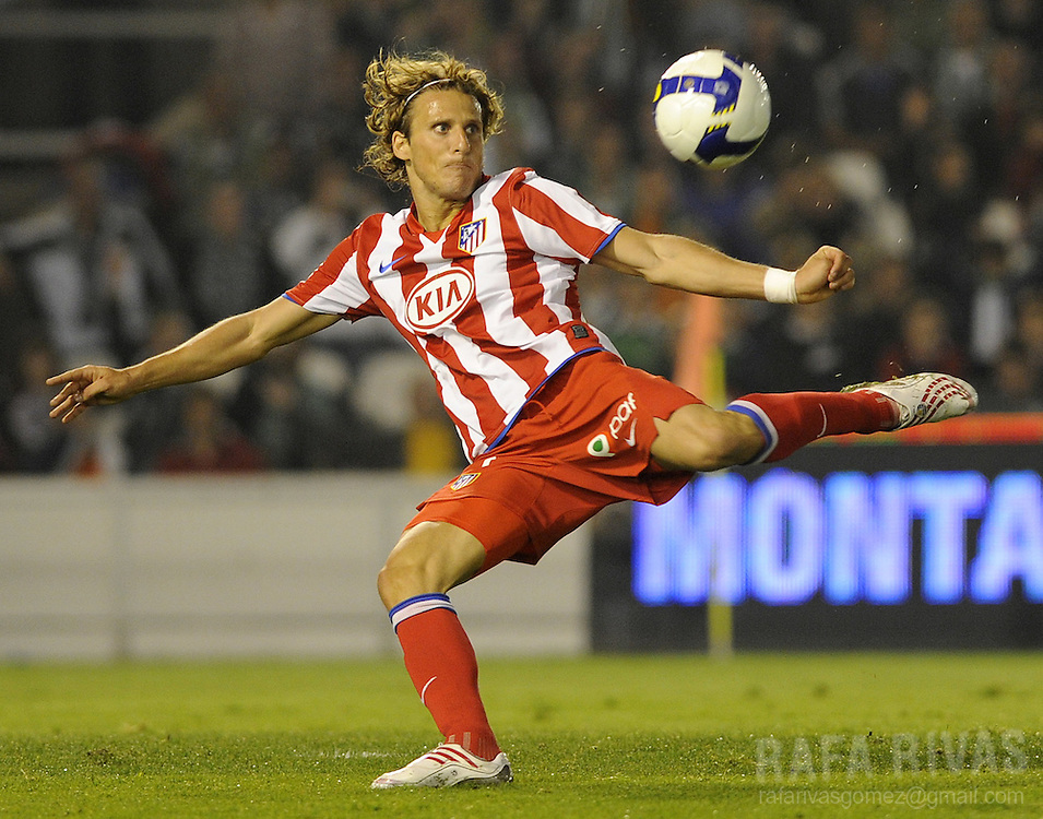 Atletico Madrid's Diego Forlan shoots against Racing Santander during a Spanish league football match, on April 23, 2009, at Sardinero stadium in Santander. PHOTO/Rafa Rivas