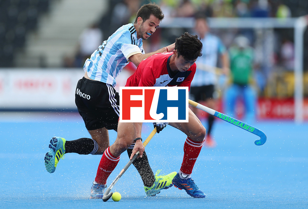 LONDON, ENGLAND - JUNE 15:  Jongsuk Bae of South Korea shields the ball from Matias Rey of Argentina during the Pool A match between Korea and Argentina on day one of Hero Hockey World League Semi-Final at Lee Valley Hockey and Tennis Centre on June 15, 2017 in London, England.  (Photo by Alex Morton/Getty Images)