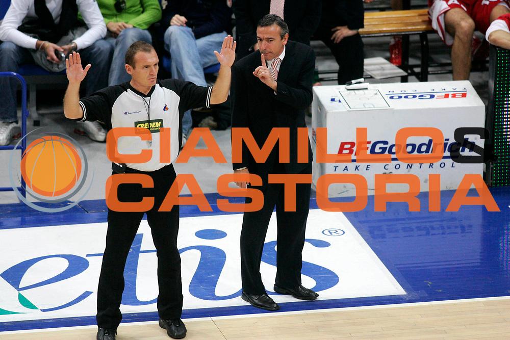 DESCRIZIONE : Bologna Lega A1 2005-06 Climamio Fortitudo Bologna Armani Jeans Milano <br /> GIOCATORE : Lardo Arbitro <br /> SQUADRA : Armani Jeans Milano <br /> EVENTO : Campionato Lega A1 2005-2006 <br /> GARA : Climamio Fortitudo Bologna Armani Jeans Milano <br /> DATA : 20/11/2005 <br /> CATEGORIA : Delusione <br /> SPORT : Pallacanestro <br /> AUTORE : Agenzia Ciamillo-Castoria/G.Ciamillo
