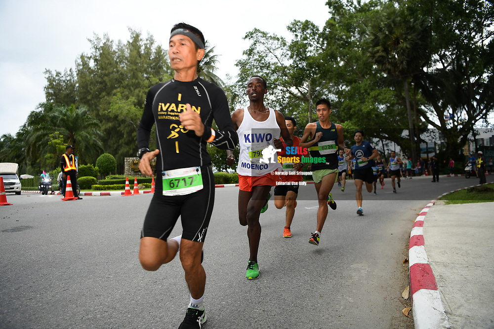 PHUKET, THAILAND - JUNE 09: Participants heading onto the course during the 10.5KM Run on Day 1 at the 13th Laguna Phuket Marathon 2018, Phuket, Thailand on June 09, 2018. <br /> <br /> (Photo by: Naratip Golf Srisupab/SEALs Sports Images)<br /> <br /> Any image use must include a mandatory credit line adjacent to the content which should read: Naratip Golf Srisupab/SEALs Sports Images
